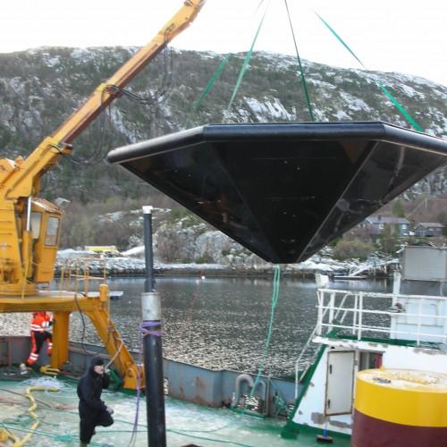 Vannanker løftes fra båt til kai i Flatanger